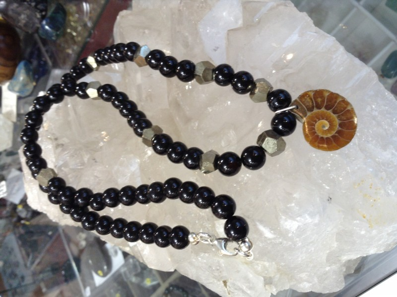 Collier en Onyx, Pyrite et Ammonite